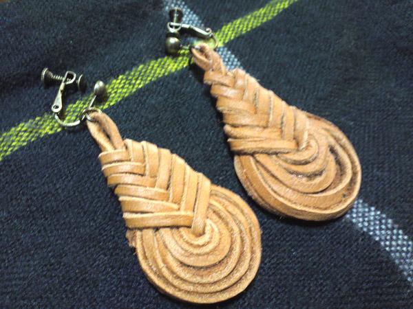 鹿革イヤリング 最近友達に教わって鹿革のイヤリングも作りました。女性が身に付けることで、周りに伝えられることもあるはず!と期待しています。