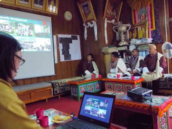 ポプジカでのCBST事例を説明するチョキさんと、熱心に聞き入るハ県の職員たち。