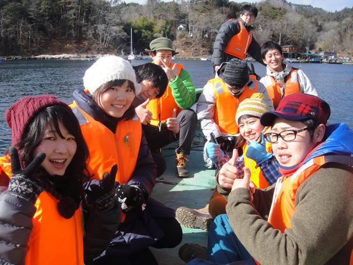 ボートに乗って牡蠣の養殖いかだの見学へ