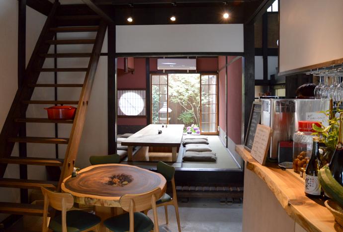 京都の伝統的な町家をリノベーションしたお店。奥のお座敷は、小さなお子様連れの方にも好評です。また、昔ながらのおくどさん(かまど)を再設置してご飯を炊き、お米文化を「おいしく」お伝えしています。