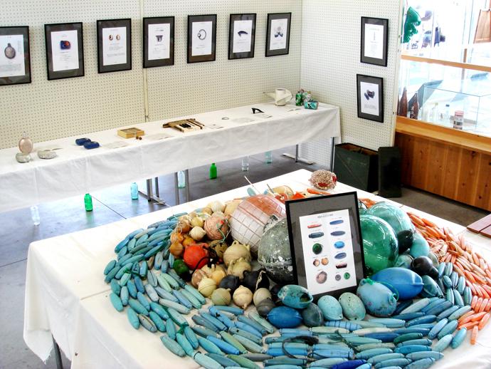 """漂流物展 貝がらや島崎藤村の""""ヤシの実""""の詩のようにロマン溢れるものから、農薬容器など環境問題を考えさせられるもの、また、どんな芸術家もかなわない程に""""自然彫刻""""された流木など、世界中から集まる作品は限りはありません。"""