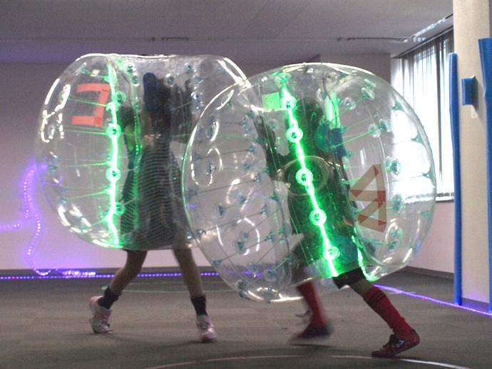 ピカリバブル。巨大なバブルを装着してプレイするサッカー。