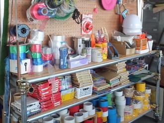 いろんな材料や道具がすぐに手に取れる場所に。ついつい何かつくってみたくなる。
