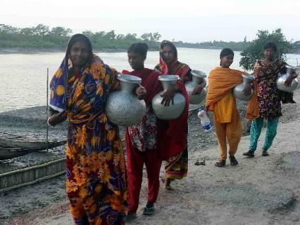水汲みにでかける女性(バングラデシュ)