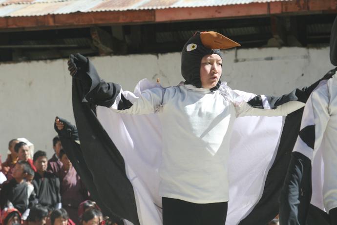 オグロヅル・フェスティバル。子どもたちがツルの衣装をまとって可愛らしいダンスを披露