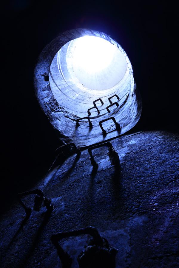 白汚氏の作品 会場にはコントラストの美しい、下水道の既成概念を覆すような作品の数々が展示されていた。この作品は今回の写真展には展示されていない作品。武蔵野市女子大通り幹線 Ⓒ白汚零2014
