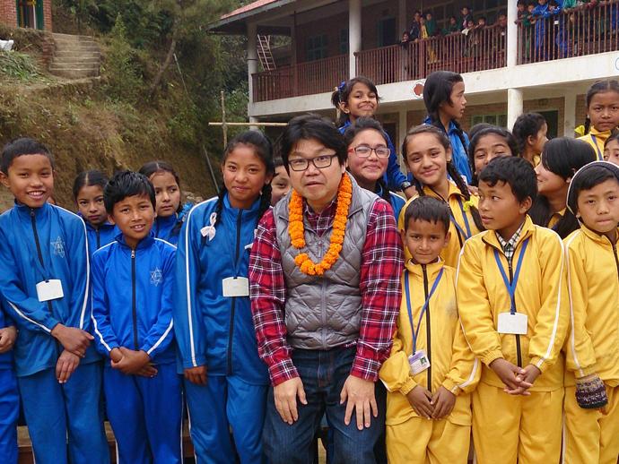 山岳地域の小学校にて。学用品と運道具の支援をしています。この日は体育の授業で一緒にサッカーを楽しみました。標高2200メートルではすぐに息があがります。