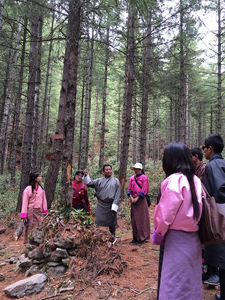 実地研修では、村を散策し、地域の人々に深く信仰されている僧院までハイキング