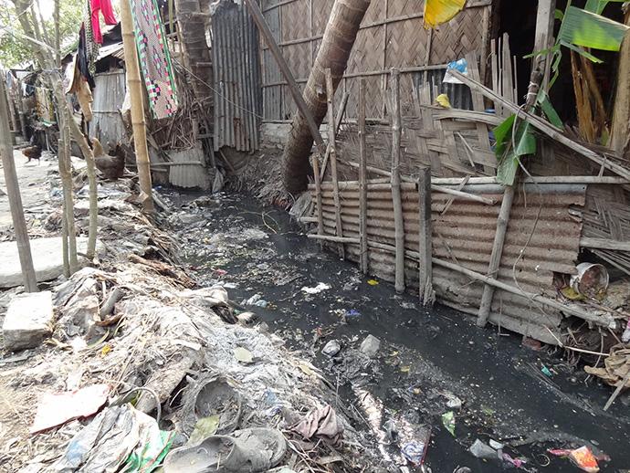 ごみと生活排水が混在する都市コミュニティ(クルナ)