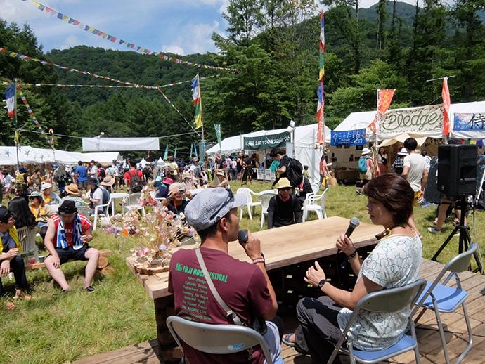 日本の野外フェスを代表する「フジロック・フェスティバル」には、今年も4日間で10万人以上が集まり盛り上がりました。会場の一角では、同じ新潟県在住の環境教育家として視察に来た高野孝子さんが、飛び入りでトークプログラムを開く一幕も。