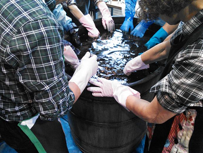 染め桶を空けると、作業場は藍独特の 強烈なにおいに包まれました。