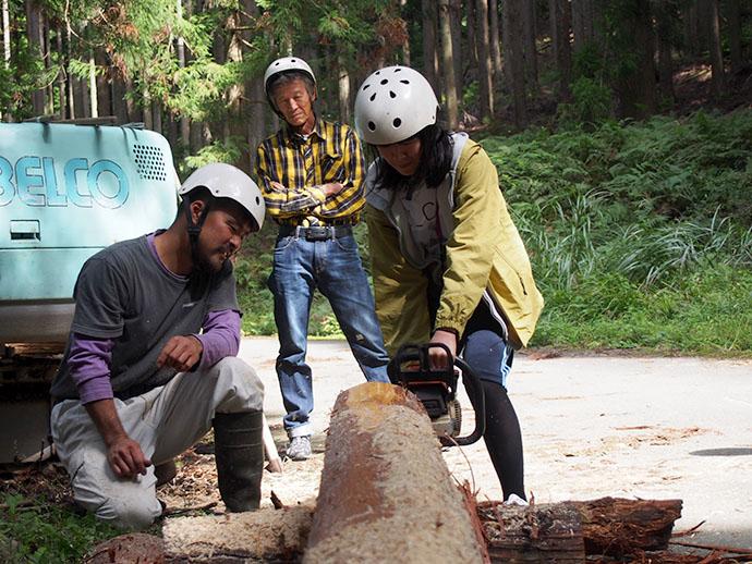 林業体験~製材 杉の間伐を参加者自身がチェーンソーなどを用いて体験。その後、角材に製材する作業、あるいは薪を作る作業、火起こしなど、木を利活用するさまざまな術を体験できる。