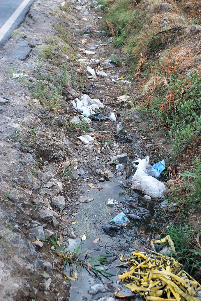 任地のごみ。雨期になるとごみ、生活排水、家畜の糞、雨水が混ざり不衛生。