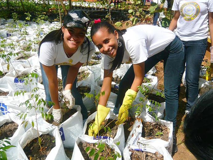 課外活動で植林を楽しむ女子高生