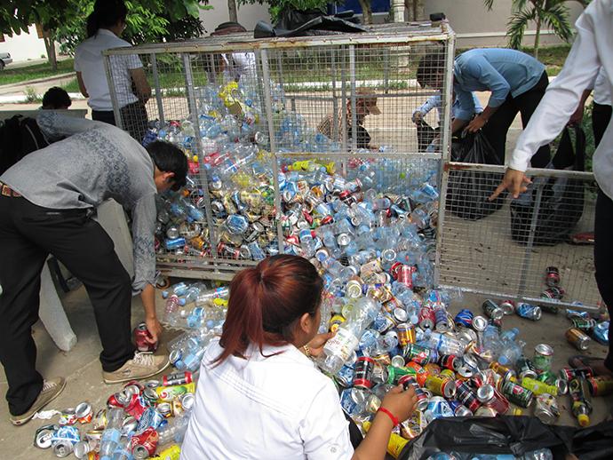 リサイクルボックスに集まったゴミを売る生徒